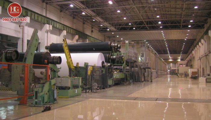 vệ sinh máy móc, thiết bị bên trong nhà xưởng, nhà máy.